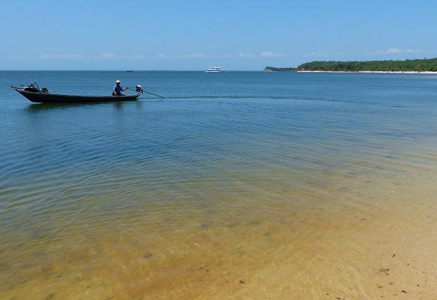 Caoneiro na praia da Ilha do Amor