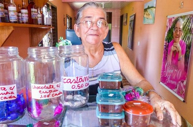 Dona Glória com seus doces preparados para viagem.
