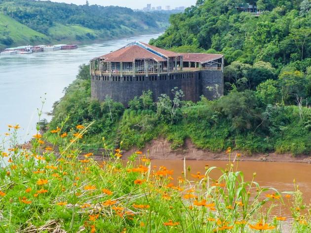 Encontro dos rios Paraná e Iguaçu. As cataratas nasceram aqui.