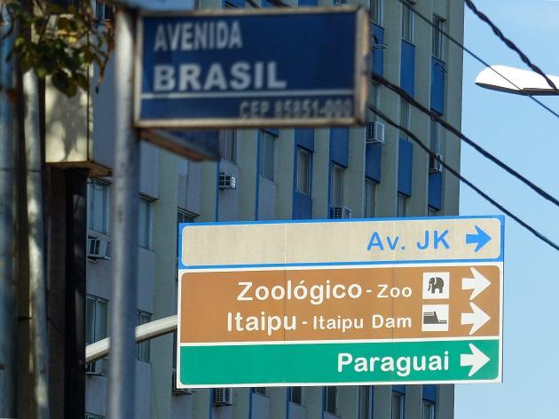Esquina da Av. Brasil com Av. Jorge Schimmelpfeng. No caminho de tudo.