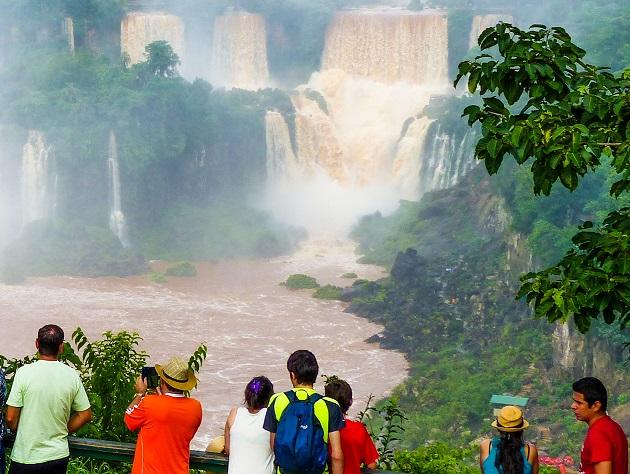 Turistas diante das cataratas