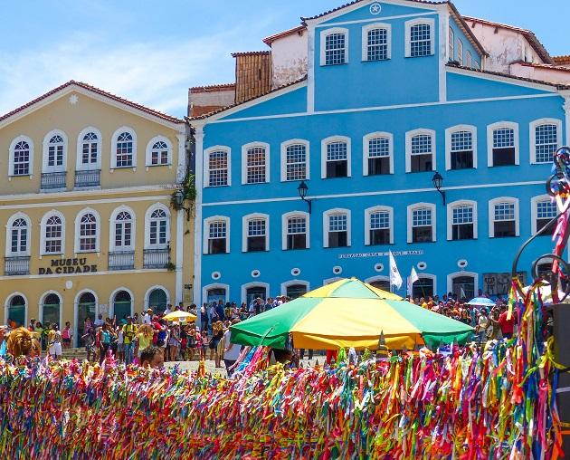 Casa de Jorge Amado com fitas coloridas