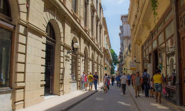 Calle Obispo, a principal rua do centro histórico.