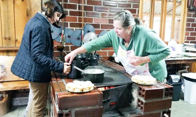Waffles no fogão a lenha da Dona Terezinha