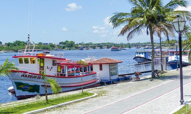 Barco para Guaraqueçaba no cais de Paranaguá