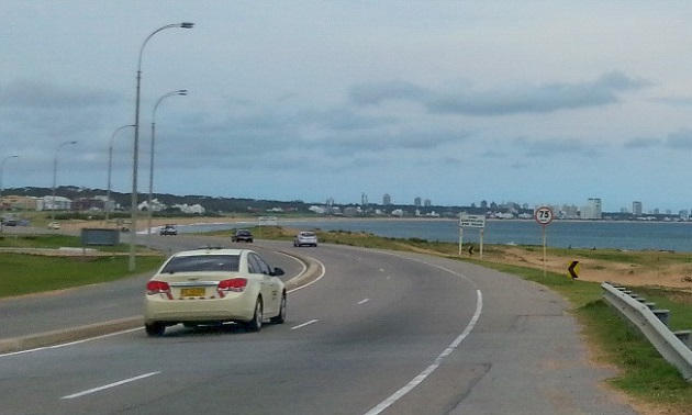 Ruta Interbalneária, com Punta del Este no horizonte.